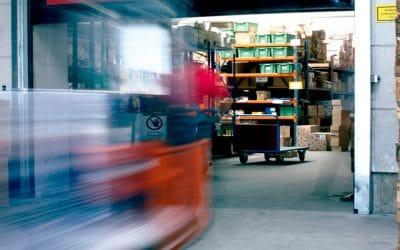 Como as portas rápidas auxiliam na produção industrial?